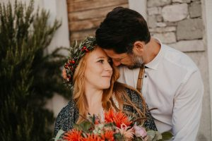 poročni par v boho izvedbi